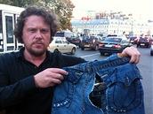 Ruský stavbařský magnát Sergej Polonskij ukazuje kalhoty, který mu během