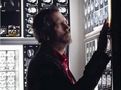 Seriál s britským hercem Hughem Lauriem v roli svárlivého, nicméně brilantního