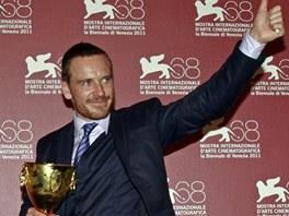 Irský herec Michael Fassbender s cenou za nejlepší herecký výkon na benátském filmovém festivalu.