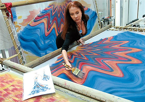 Blanka Matragi pou��v� techniku ru�n� malby. Ka�d� �aty jsou origin�l.