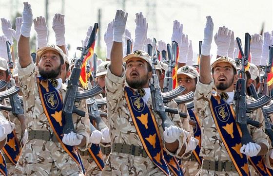 Vojáci íránské Revoluční gardy pochodují kolem mauzolea ajatolláha Chomejního v