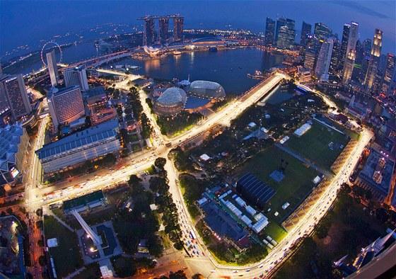 Snímek z leteckého pohledu znázorňuje osvětlenou ulici Marina Bay, která posloužila jako závodní okruh závodu Formula One Grand Prix v Singapuru (19. září 2011)