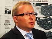 Ministr �ivotn�ho prost�ed� Tom� Chalupa p�i rozhoboru s Barborou Tachec�