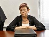 Prezidentka Unie porodních asistentek Ivana Königsmarková u Obvodního soudu v Praze (21. září 2011)