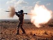 Libyjský povstalec střílí z ručního protitankového granátometu (RPG) na vojáky...