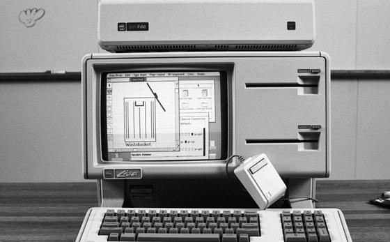 Počítač Apple Lisa (1983) se jmenuje podle dcery Steva Jobse a představoval
