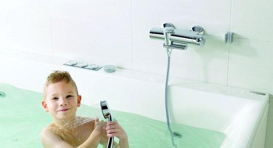 Přepnutí vanová baterie na sprchování je velmi jednoduché, má devadesáti
