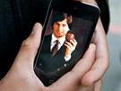 Fred Velez ze San Franciska dr�� iPhone s portr�tem Steva Jobse. (6. ��jna 2011)