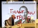"""""""D�kujeme ti, Steve"""", vzkaz pro zesnul�ho zakladatele Applu na v�loze obchodu v"""