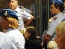 Amandu Knoxovou u soudu obklopovala početná suita z řad vězeňské stráže.