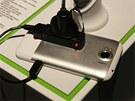 Hlavním konstruk�ním prvkem telefonu je hliníkový rám.