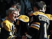 IKONA DORAZILA. Bobby Orr, jeden z nejslavnějších hokejistů NHL všech dob, gratuloval hráčům Bostonu k zisku Stanley cupu.