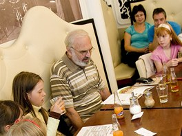 Děti, zapojené do projektu Čtení pomáhá, se setkaly se Zdeňkem Svěrákem