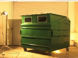 Kontejner má nahoře u víka tj. střechy vyklápěcí okna, která se v noci z důvodu