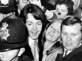 Novomanželé Paul McCartney a Linda Eastmanová (12. března 1969)