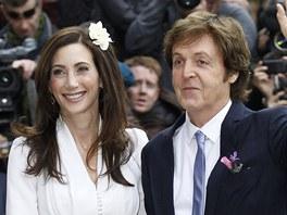 Paul McCartney a Nancy Shevellová se vzali v Londýně (9.10.2011).