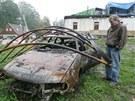 Petr Poznar u ohořelého vraku svého auta v Hlavňově na Náchodsku.
