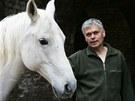 Sochař Petr Novák s koněm, kterého chová u svého ateliéru v Jaroměři.