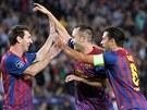 D�KY LEO. Anr�s Iniesta (uprost�ed) d�kuje Leo  Messimu za p�ihr�vku na prvn�...