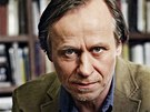 Karel Roden jako terapeut Marek. Chápavý, klidný, spolehlivý. Tedy ovšem pokud