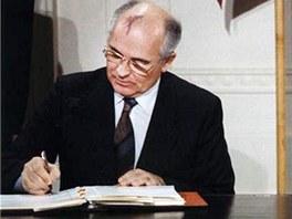 Michail Gorbačov a Ronald Reagan podepisují smlouvu INF v roce 1987 v Bílém