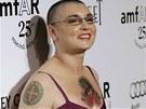 Sinéad O´Connor má na hrudi vytetovaného Ježíše, tetování má i po celých rukou.