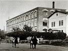 Baťova továrna u nádraží v letech 1910–1915