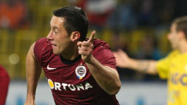 Spar�anský úto�ník Miroslav Slepi�ka se raduje z gólu v teplické síti.