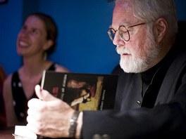 V divadle Ponec byla ke koupi i jeho kniha, kterou autor rád každému podepsal.