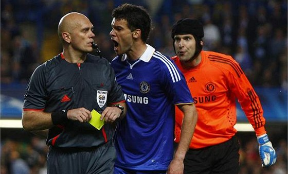 Chelsea - Barcelona: Petr �ech (vpravo), Michael Ballack a sud� Tom Hening