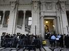 Lidé čekají na vpuštění do soudní síně před zahájením dalšího procesu s