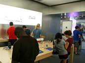 Apple Store si dává záležet, aby se zákazníci v obchodě necítili jako v obchodě.