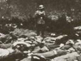 Poprava mužů v Lidicích. Matrace nacisté opřeli o zeď, aby se od ní neodrážely