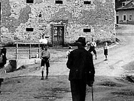 Fotografie z léta 1941 ukazuje poklidný život ve vsi. Za necelý rok bude