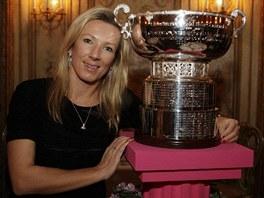 S TROFEJÍ. Květa Peschkeová s nejcennější týmovou trofejí v ženském tenise.