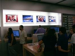 Apple Store se spíše než obchodu podobá výstavišti, mezi lidmi chodí asistenti