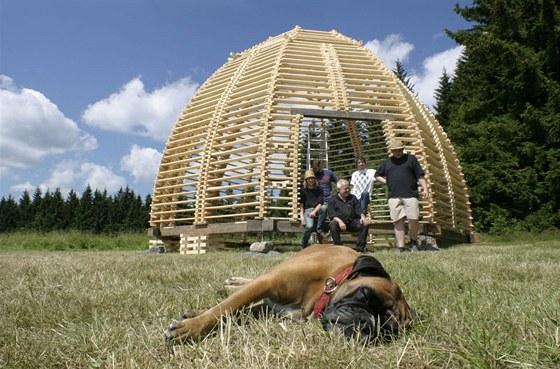 Je hotovo. Stavba kupole v roce 2011 v Horn�m Maxov�