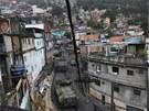 Do chudinské čtvrti Rocinha přijíždí ozbrojená vozidla brazilského námořnictva....