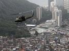 Nad brazilským slumem Rocinha přelétá policejní helikoptéra. Chudinskou čtvrť