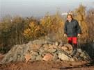 Kamenný val, který chrání turisty na haldě Ema před jedovatými plyny.