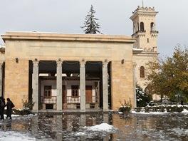 Rodný dům sovětského diktátora - ukrytý v moderní ochranné kostce.