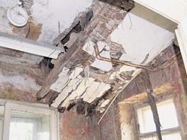 Ve vile se propadá strop
