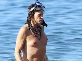 Steven Tyler se na Havaji potápěl, surfoval i pádloval.