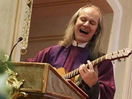 Na pohřbu hrál a zpíval také kněz, který sloužil smuteční mši, Ladislav Heryán.