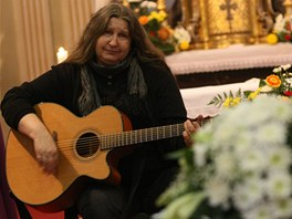 Na posledním rozloučení hrála a zpívala