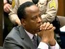 Jacksonův osobní lékař Conrad Murray naslouchá rozsudku a výši trestu u