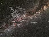 Co vidí Kepler. Výhled Keplerova teleskopu (mřížka vlevo) na oblohu s vyznačenými souhvězdími v blízkosti pozorovaného prostoru.