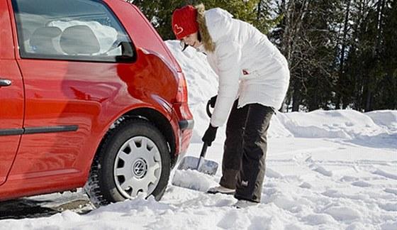 Lopatu na sníh možná budete potřebovat jen několikrát za rok, ušetří vám ale