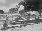 Ameri�t� voj�ci sleduj� zk�zu na vojensk� z�kladn� Pearl Harbor po �toku...