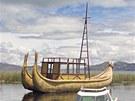 Přístav u Paulina Estebana, v němž kotví i tradiční loď právě vyrobená jeho...